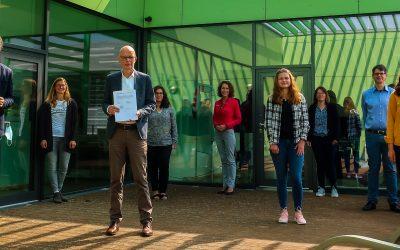 Die Volkshochschule verlängert Ihre Partnerschaft mit der Anne-Frank-Gesamtschule. Wir sind mit Abstand sehr erfreut darüber :-)!